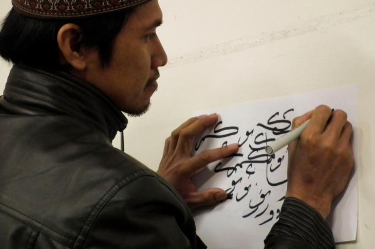Salah satu peserta lomba kaligrafi